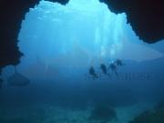 Taucher vor der Höhle